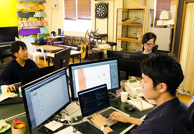 テクノロジーを結集した制作部デスクです
