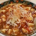 麻婆豆腐を取り囲む背脂